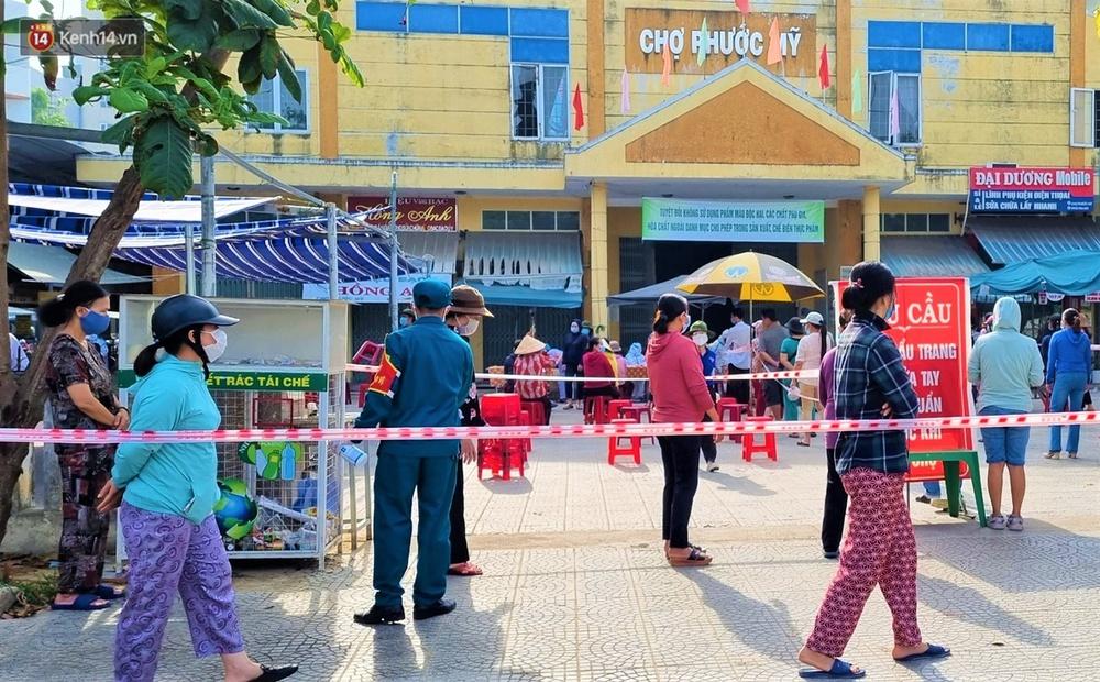 Ảnh: Nhân viên massage mắc Covid-19 vào chợ mua heo nhựa, Đà Nẵng xét nghiệm hơn 500 tiểu thương - Ảnh 5.