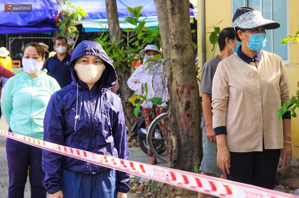 Ảnh: Nhân viên massage mắc Covid-19 vào chợ mua heo nhựa, Đà Nẵng xét nghiệm hơn 500 tiểu thương - Ảnh 6.