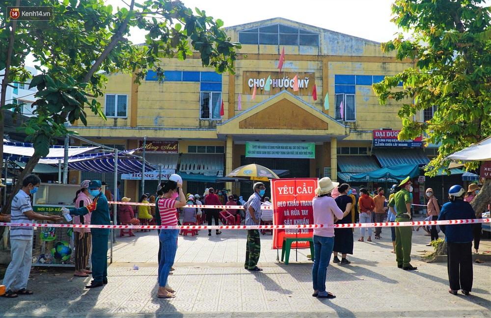 Ảnh: Nhân viên massage mắc Covid-19 vào chợ mua heo nhựa, Đà Nẵng xét nghiệm hơn 500 tiểu thương - Ảnh 1.