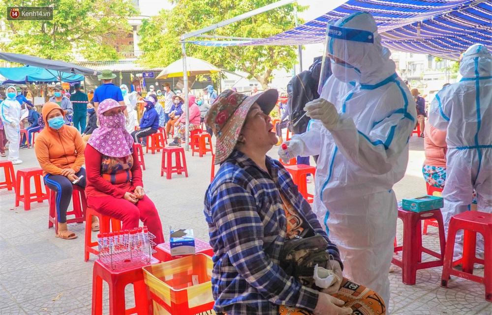 Ảnh: Nhân viên massage mắc Covid-19 vào chợ mua heo nhựa, Đà Nẵng xét nghiệm hơn 500 tiểu thương - Ảnh 12.