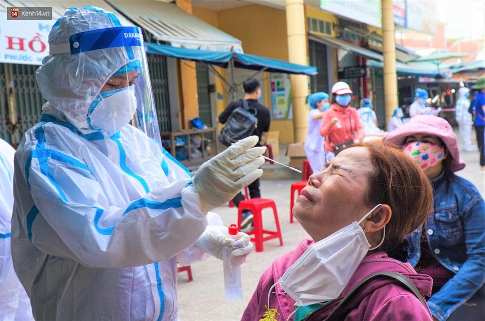 Ảnh: Nhân viên massage mắc Covid-19 vào chợ mua heo nhựa, Đà Nẵng xét nghiệm hơn 500 tiểu thương - Ảnh 11.