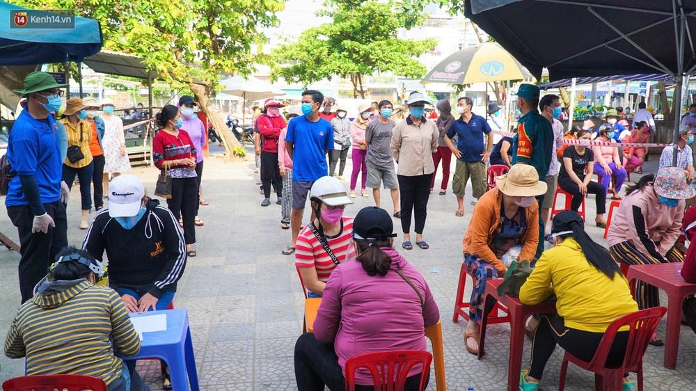 Ảnh: Nhân viên massage mắc Covid-19 vào chợ mua heo nhựa, Đà Nẵng xét nghiệm hơn 500 tiểu thương - Ảnh 2.