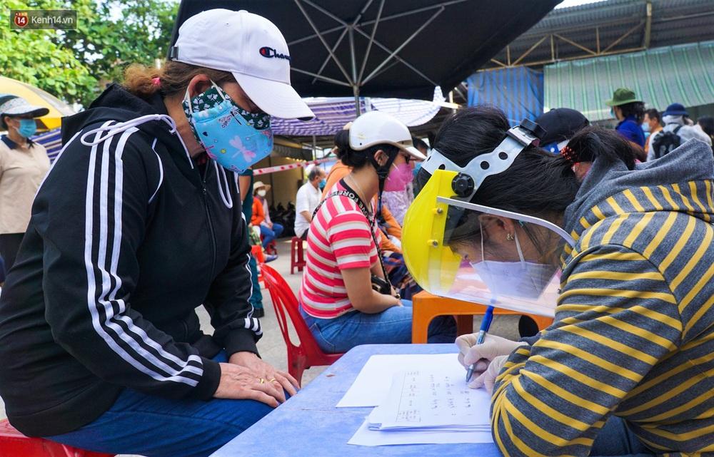 Ảnh: Nhân viên massage mắc Covid-19 vào chợ mua heo nhựa, Đà Nẵng xét nghiệm hơn 500 tiểu thương - Ảnh 3.