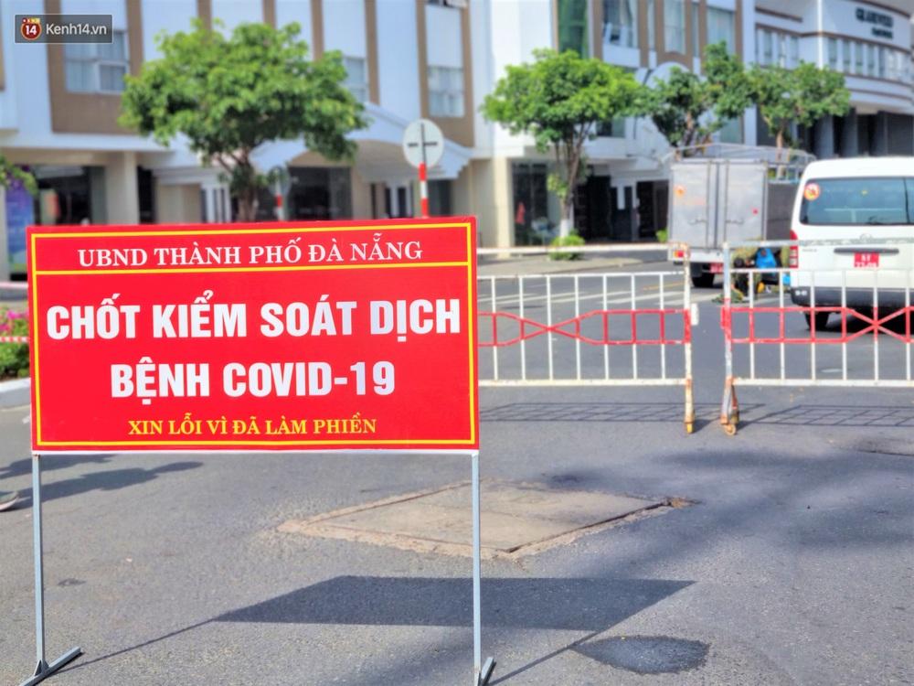 Ảnh: Bộ đội hóa học phun thuốc khử khuẩn tại khu dân cư quanh quán bar lớn nhất Đà Nẵng - Ảnh 1.