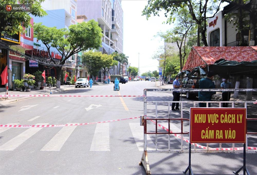 Ảnh: Bộ đội hóa học phun thuốc khử khuẩn tại khu dân cư quanh quán bar lớn nhất Đà Nẵng - Ảnh 2.