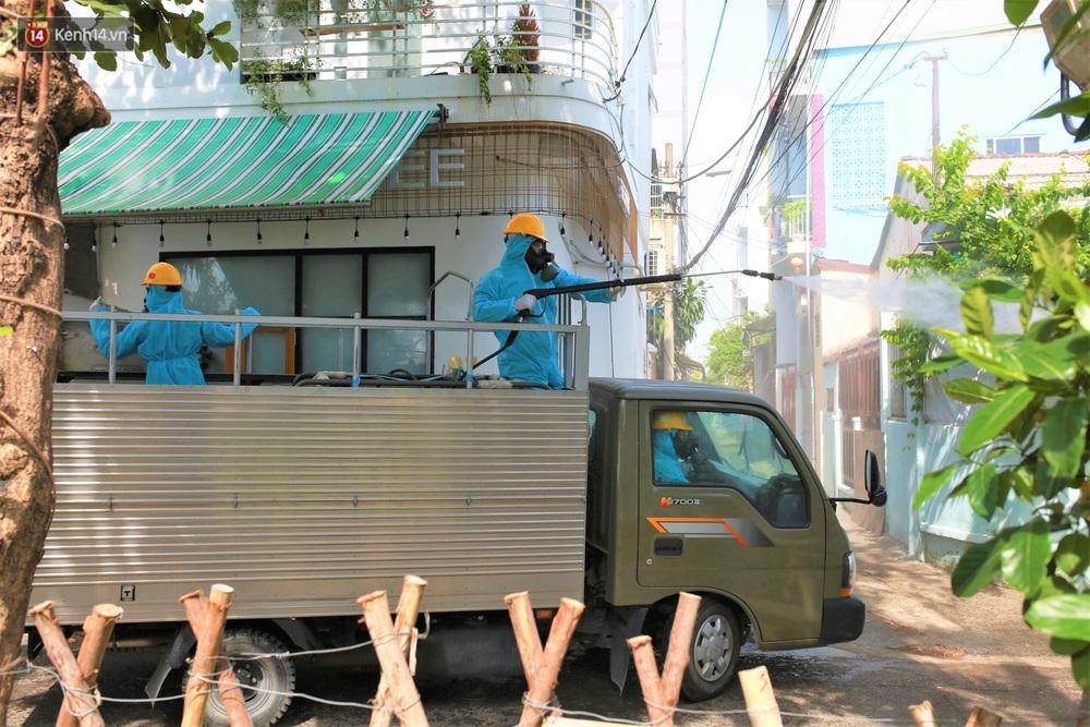 Ảnh: Bộ đội hóa học phun thuốc khử khuẩn tại khu dân cư quanh quán bar lớn nhất Đà Nẵng - Ảnh 8.