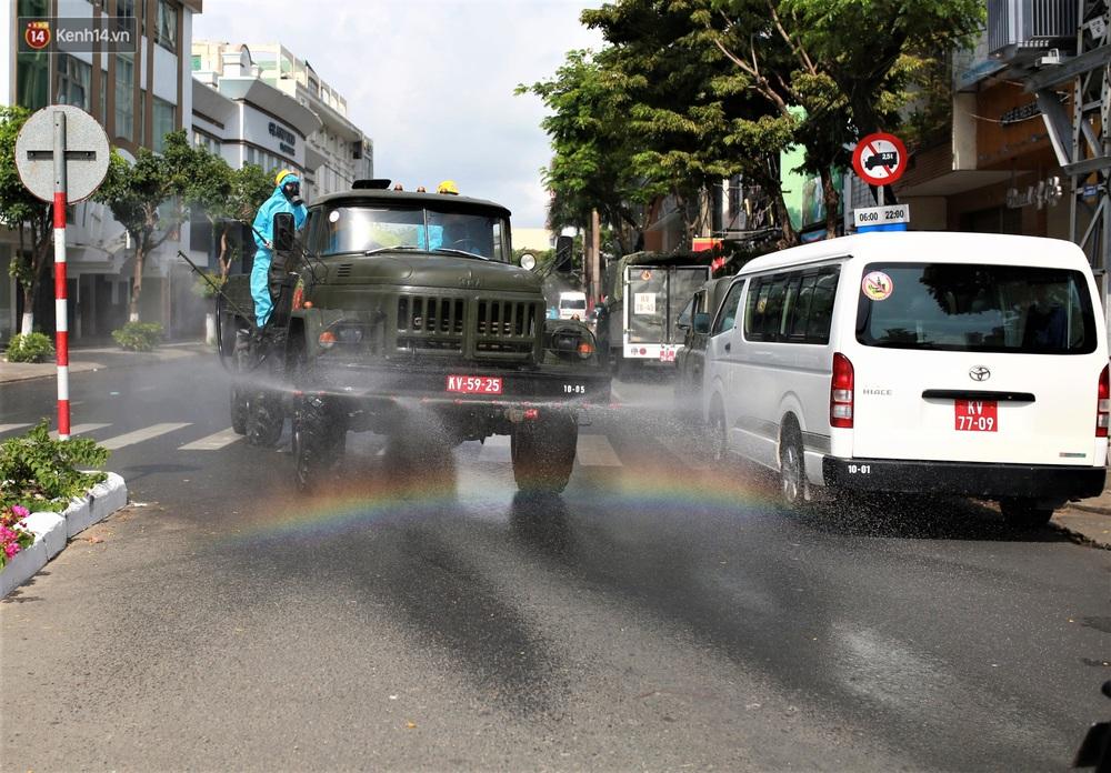 Ảnh: Bộ đội hóa học phun thuốc khử khuẩn tại khu dân cư quanh quán bar lớn nhất Đà Nẵng - Ảnh 9.