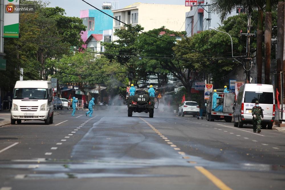 Ảnh: Bộ đội hóa học phun thuốc khử khuẩn tại khu dân cư quanh quán bar lớn nhất Đà Nẵng - Ảnh 4.