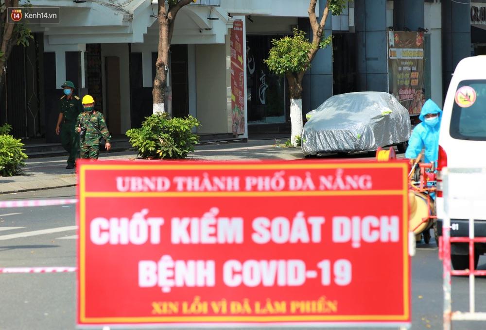 Ảnh: Bộ đội hóa học phun thuốc khử khuẩn tại khu dân cư quanh quán bar lớn nhất Đà Nẵng - Ảnh 10.
