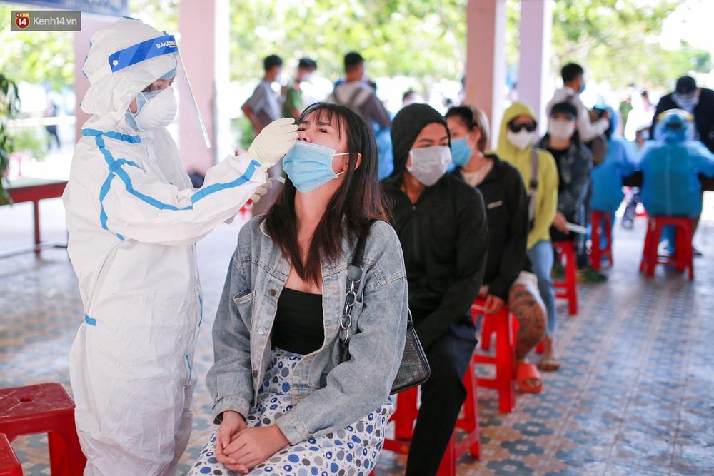 Ảnh: Hàng trăm nhân viên massage, bar, pub, karaoke... ở Đà Nẵng xét nghiệm Covid-19 - Ảnh 4.