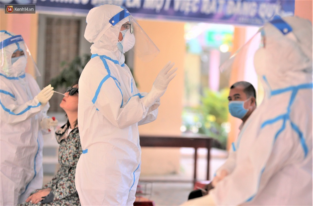 Ảnh: Hàng trăm nhân viên massage, bar, pub, karaoke... ở Đà Nẵng xét nghiệm Covid-19 - Ảnh 10.