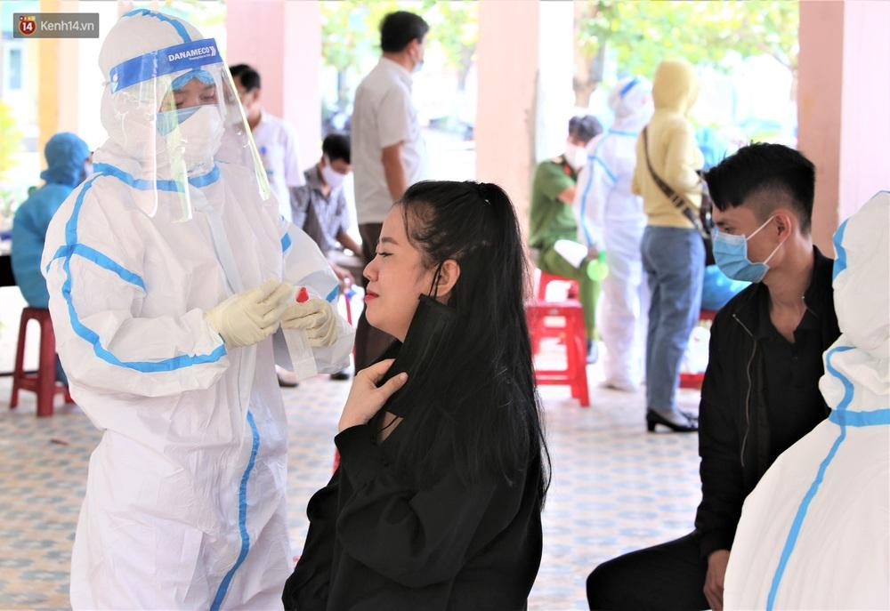 Ảnh: Hàng trăm nhân viên massage, bar, pub, karaoke... ở Đà Nẵng xét nghiệm Covid-19 - Ảnh 11.