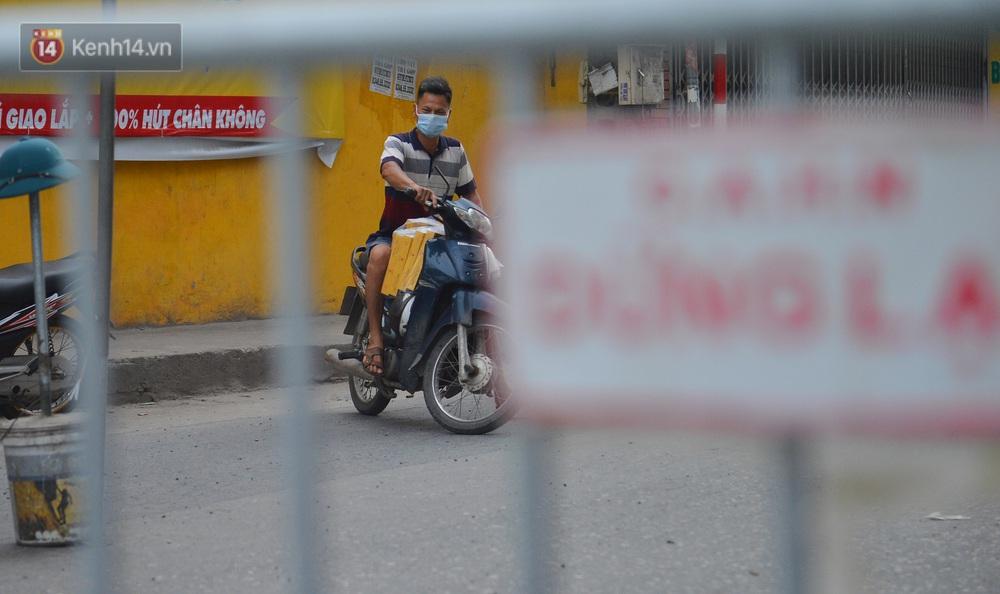 Ảnh: Người dân Thường Tín mặc áo mưa, áo bảo hộ vào khu cách ly - Ảnh 11.