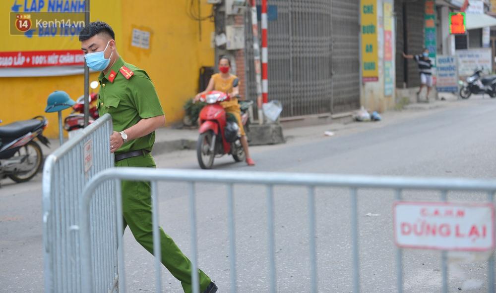 Ảnh: Người dân Thường Tín mặc áo mưa, áo bảo hộ vào khu cách ly - Ảnh 3.