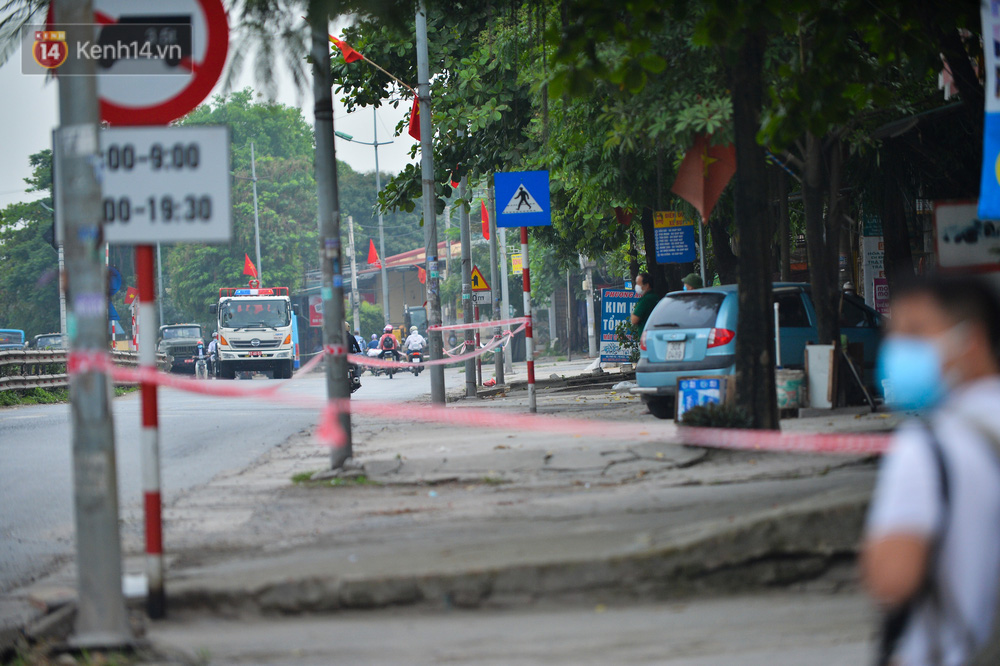 Ảnh: Người dân Thường Tín mặc áo mưa, áo bảo hộ vào khu cách ly - Ảnh 2.