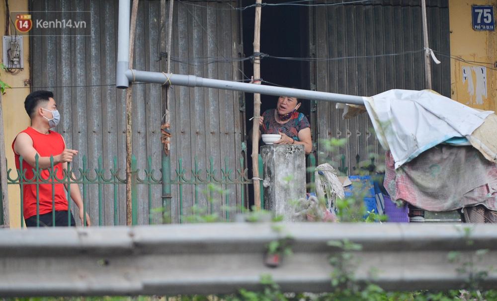 Ảnh: Người dân Thường Tín mặc áo mưa, áo bảo hộ vào khu cách ly - Ảnh 12.