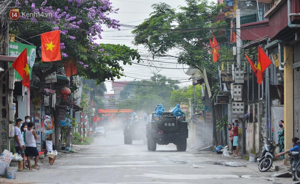 Ảnh: Xe đặc chủng của Bộ Tư lệnh Thủ đô phun khử khuẩn, tiêu độc khu vực phong toả tại Thường Tín - Ảnh 7.