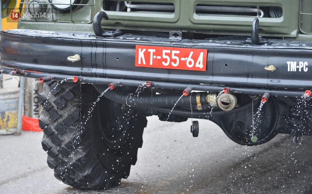 Ảnh: Xe đặc chủng của Bộ Tư lệnh Thủ đô phun khử khuẩn, tiêu độc khu vực phong toả tại Thường Tín - Ảnh 9.