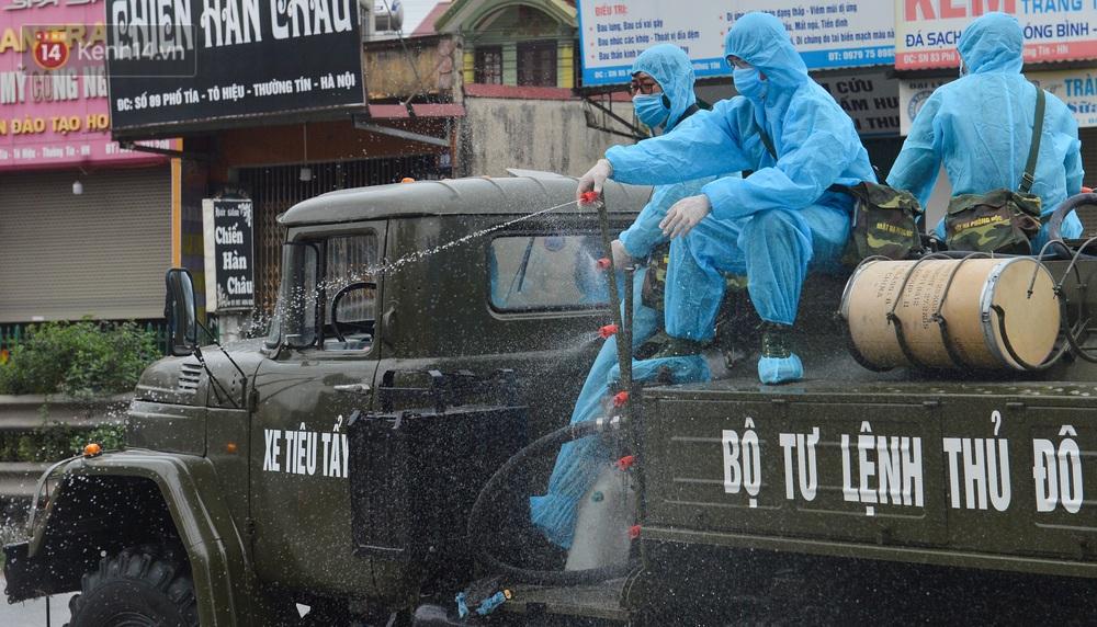 Ảnh: Xe đặc chủng của Bộ Tư lệnh Thủ đô phun khử khuẩn, tiêu độc khu vực phong toả tại Thường Tín - Ảnh 11.