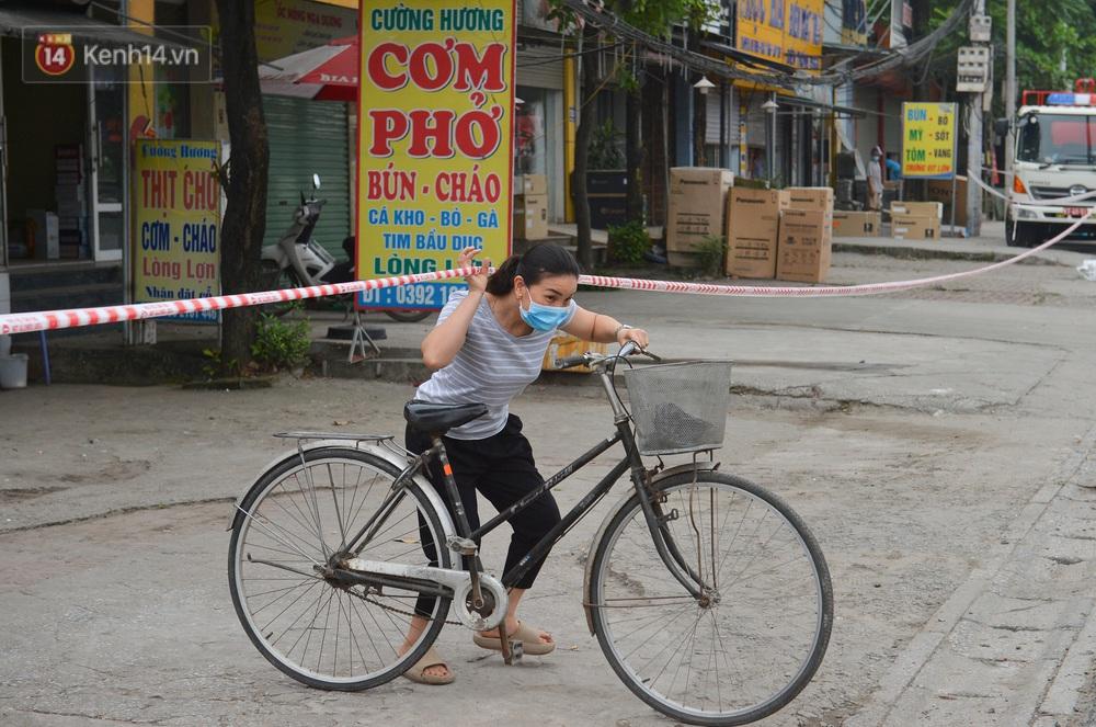 Ảnh: Người dân Thường Tín mặc áo mưa, áo bảo hộ vào khu cách ly - Ảnh 5.