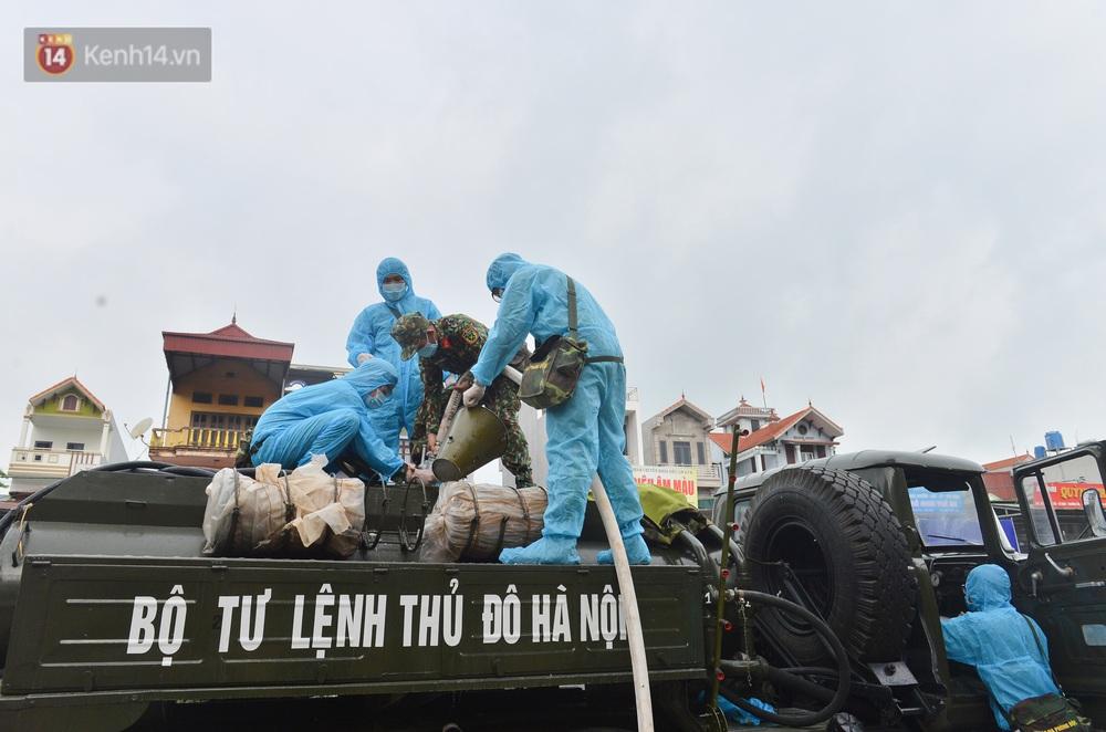 Ảnh: Xe đặc chủng của Bộ Tư lệnh Thủ đô phun khử khuẩn, tiêu độc khu vực phong toả tại Thường Tín - Ảnh 6.
