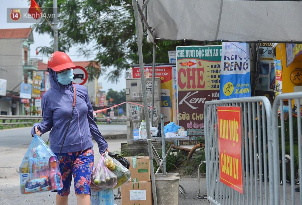 Ảnh: Người dân Thường Tín mặc áo mưa, áo bảo hộ vào khu cách ly - Ảnh 9.