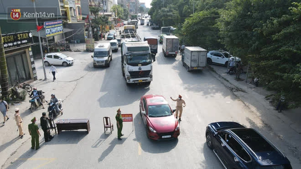 Ảnh: Lực lượng chức năng phong toả khu vực có 77 ca dương tính SARS-CoV-2 ở Bắc Ninh, người dân hối hả chuyển gas, trứng qua chốt kiểm soát - Ảnh 2.