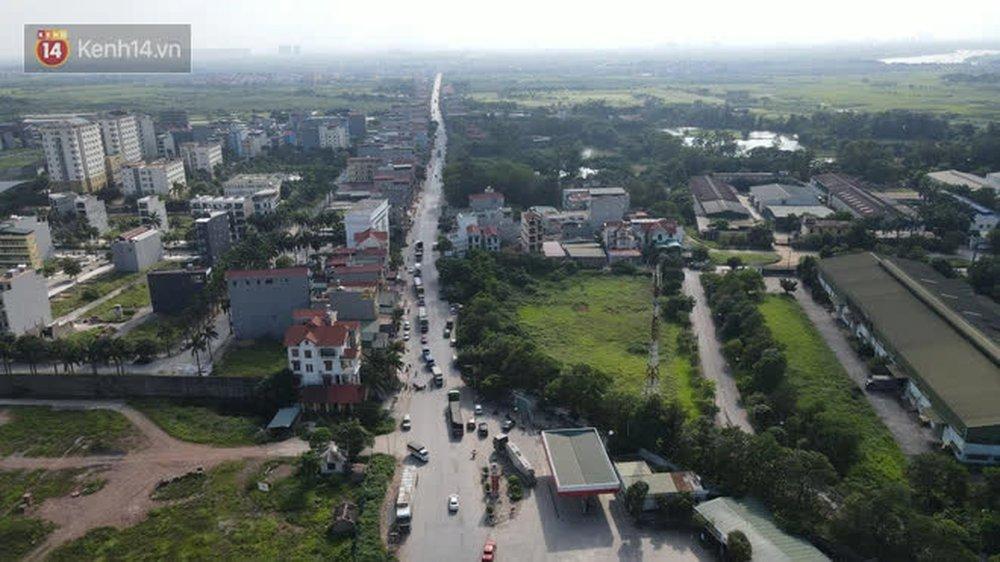 Ảnh: Lực lượng chức năng phong toả khu vực có 77 ca dương tính SARS-CoV-2 ở Bắc Ninh, người dân hối hả chuyển gas, trứng qua chốt kiểm soát - Ảnh 1.