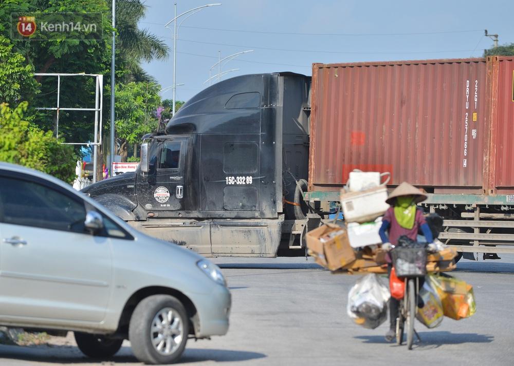 Cận cảnh khu vực phong toả gần 200.000 dân ở Bắc Ninh, hàng trăm phương tiện ôtô, container ngoại tỉnh phải quay xe - Ảnh 6.