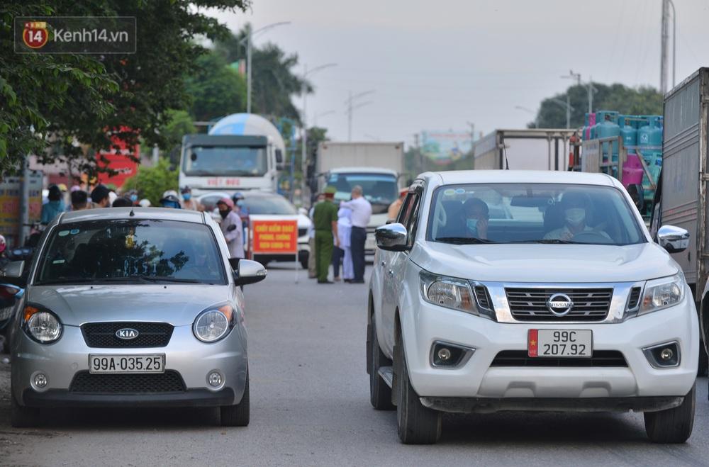 Cận cảnh khu vực phong toả gần 200.000 dân ở Bắc Ninh, hàng trăm phương tiện ôtô, container ngoại tỉnh phải quay xe - Ảnh 8.