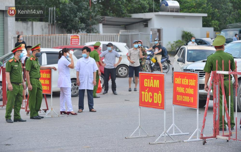 Cận cảnh khu vực phong toả gần 200.000 dân ở Bắc Ninh, hàng trăm phương tiện ôtô, container ngoại tỉnh phải quay xe - Ảnh 1.