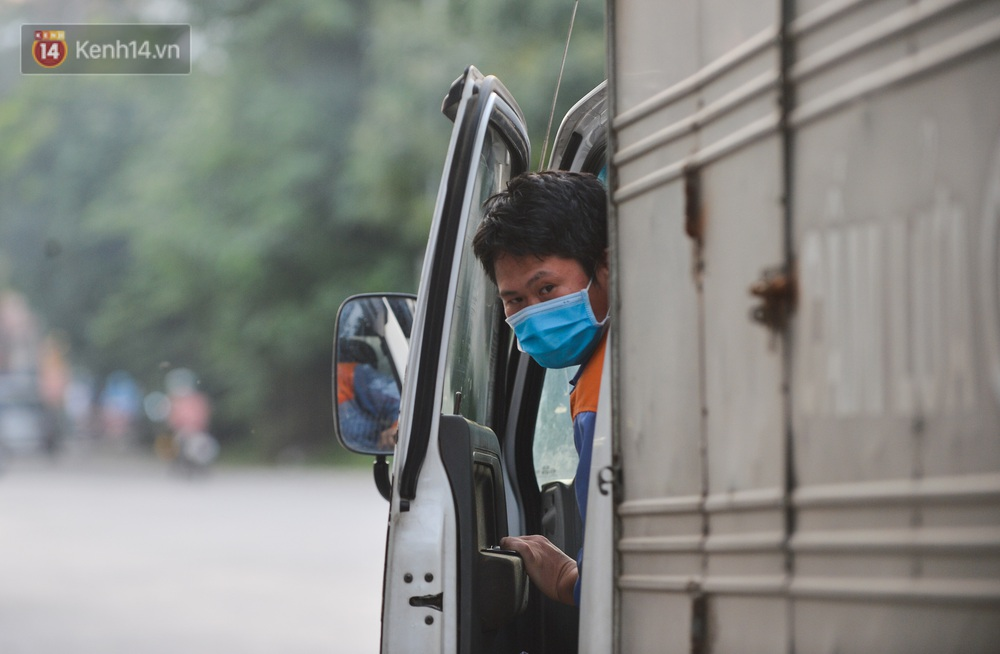 Ảnh: Lực lượng chức năng phong toả khu vực có 77 ca dương tính SARS-CoV-2 ở Bắc Ninh, người dân hối hả chuyển gas, trứng qua chốt kiểm soát - Ảnh 3.