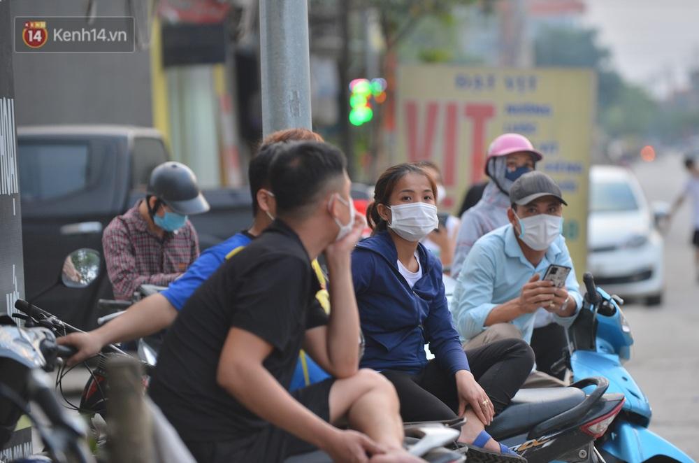 Ảnh: Lực lượng chức năng phong toả khu vực có 77 ca dương tính SARS-CoV-2 ở Bắc Ninh, người dân hối hả chuyển gas, trứng qua chốt kiểm soát - Ảnh 9.