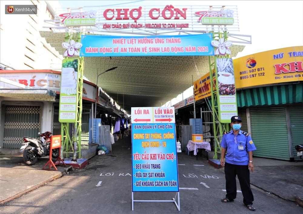 Ảnh: Ngày đầu đi chợ thời Covid-19 ở Đà Nẵng, ai không có tem phiếu mời về! - Ảnh 1.
