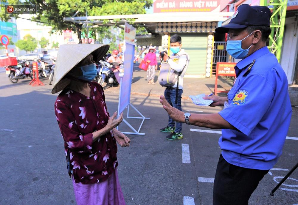 Ảnh: Ngày đầu đi chợ thời Covid-19 ở Đà Nẵng, ai không có tem phiếu mời về! - Ảnh 13.