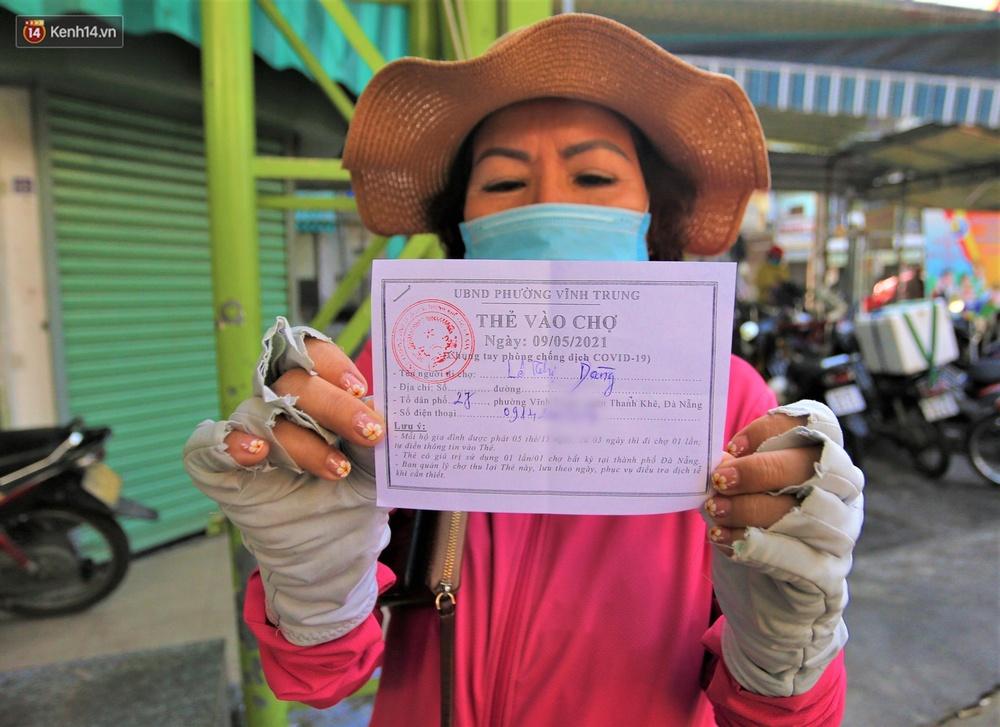 Ảnh: Ngày đầu đi chợ thời Covid-19 ở Đà Nẵng, ai không có tem phiếu mời về! - Ảnh 4.