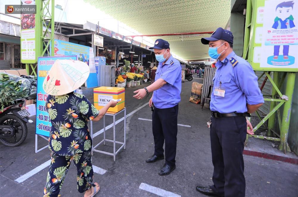 Ảnh: Ngày đầu đi chợ thời Covid-19 ở Đà Nẵng, ai không có tem phiếu mời về! - Ảnh 2.