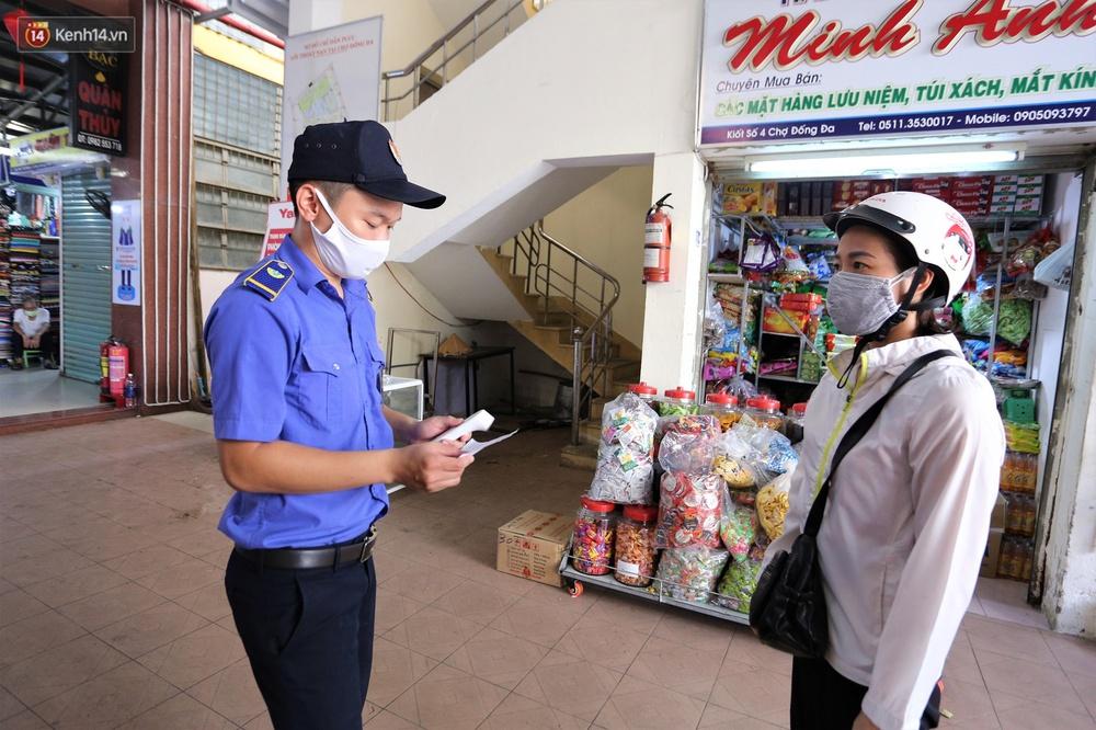 Ảnh: Ngày đầu đi chợ thời Covid-19 ở Đà Nẵng, ai không có tem phiếu mời về! - Ảnh 11.