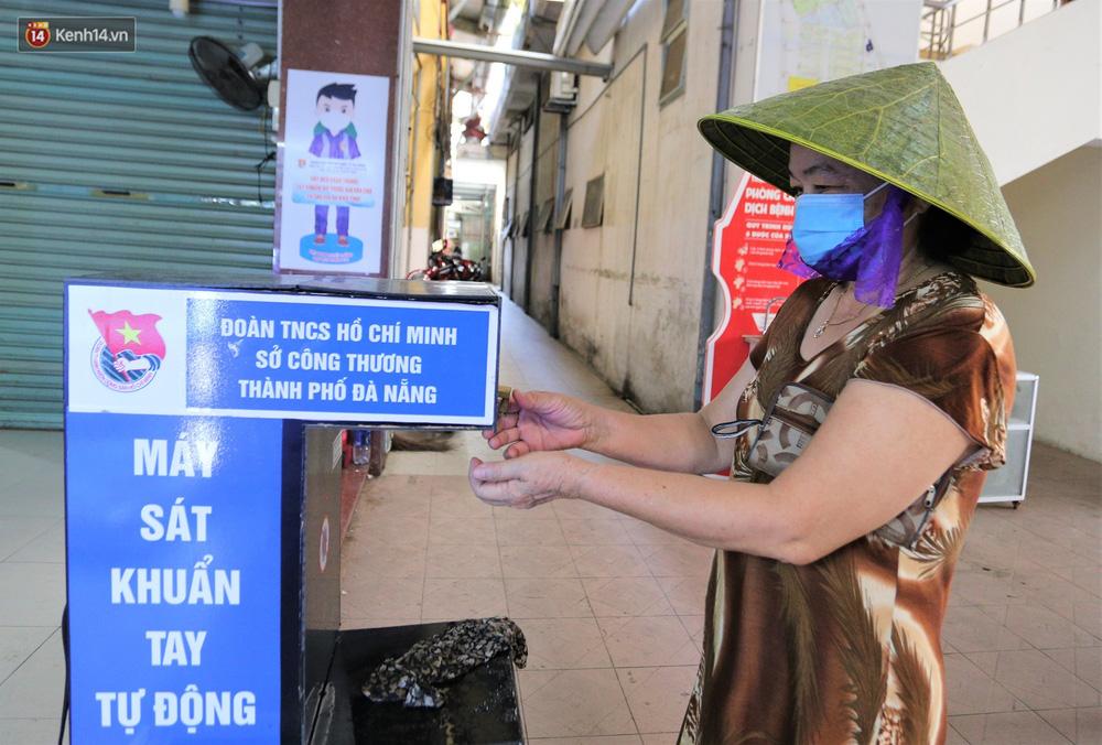 Ảnh: Ngày đầu đi chợ thời Covid-19 ở Đà Nẵng, ai không có tem phiếu mời về! - Ảnh 7.
