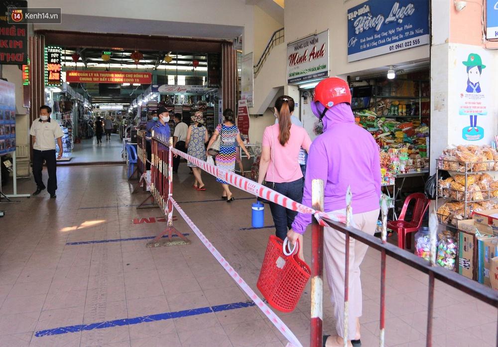 Ảnh: Ngày đầu đi chợ thời Covid-19 ở Đà Nẵng, ai không có tem phiếu mời về! - Ảnh 9.