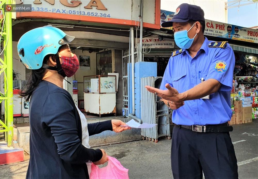 Ảnh: Ngày đầu đi chợ thời Covid-19 ở Đà Nẵng, ai không có tem phiếu mời về! - Ảnh 14.