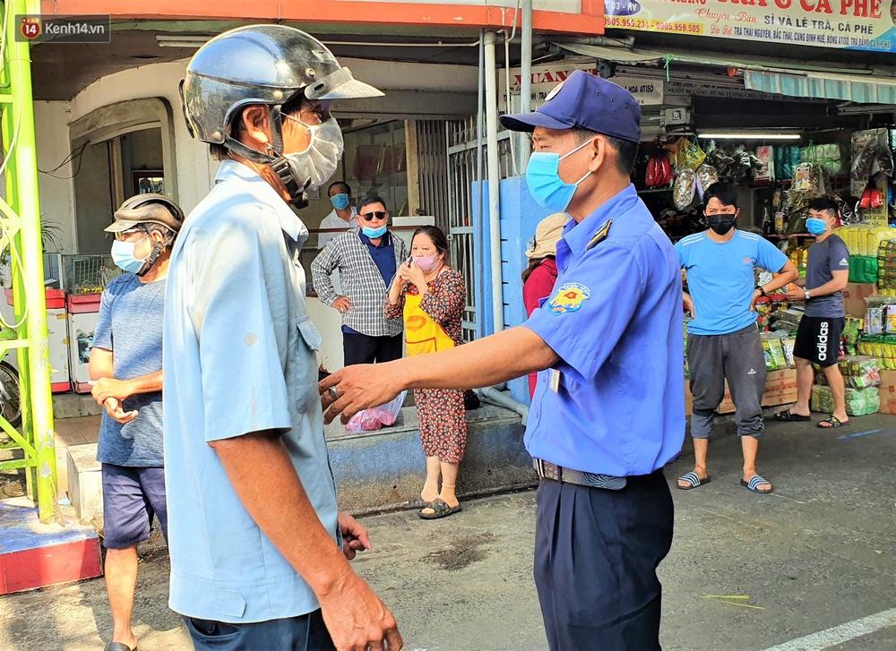 Ảnh: Ngày đầu đi chợ thời Covid-19 ở Đà Nẵng, ai không có tem phiếu mời về! - Ảnh 15.
