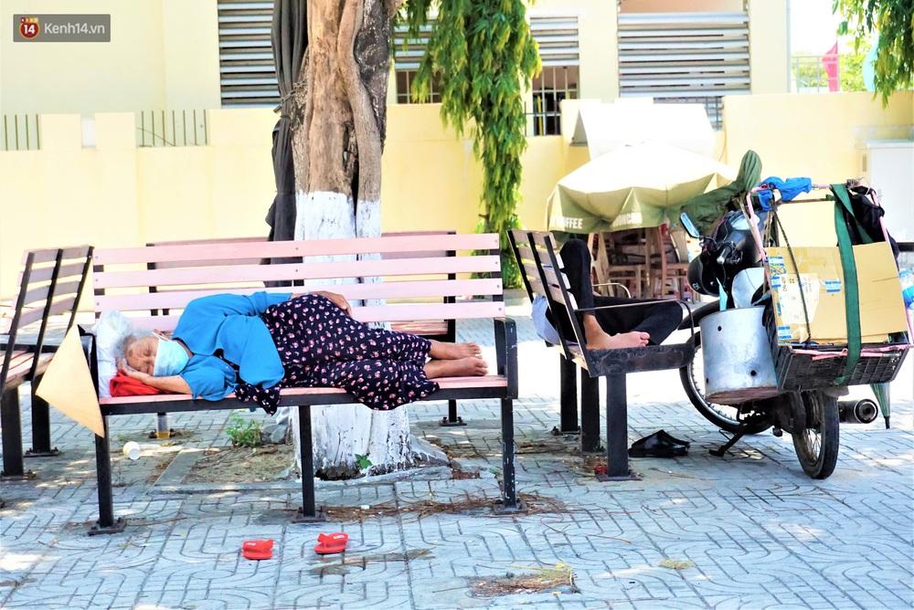 Ảnh: Nhọc nhằn giấc ngủ 3 không 1 có dưới cái nóng 40 độ của người lao động giữa dịch Covid-19 - Ảnh 12.