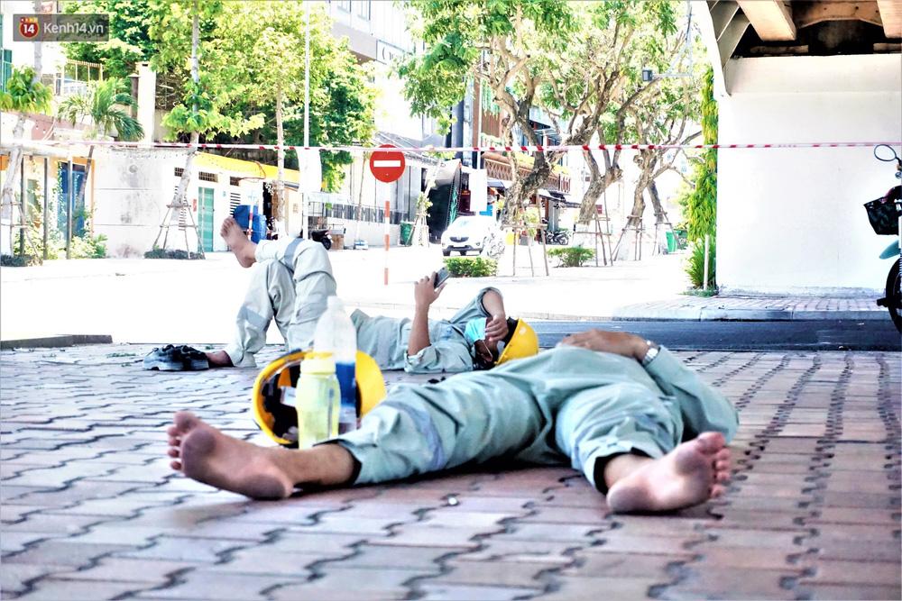 Ảnh: Nhọc nhằn giấc ngủ 3 không 1 có dưới cái nóng 40 độ của người lao động giữa dịch Covid-19 - Ảnh 7.