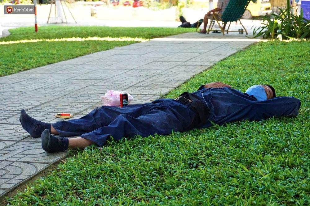 Ảnh: Nhọc nhằn giấc ngủ 3 không 1 có dưới cái nóng 40 độ của người lao động giữa dịch Covid-19 - Ảnh 6.