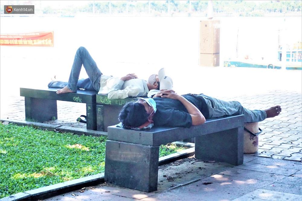 Ảnh: Nhọc nhằn giấc ngủ 3 không 1 có dưới cái nóng 40 độ của người lao động giữa dịch Covid-19 - Ảnh 11.