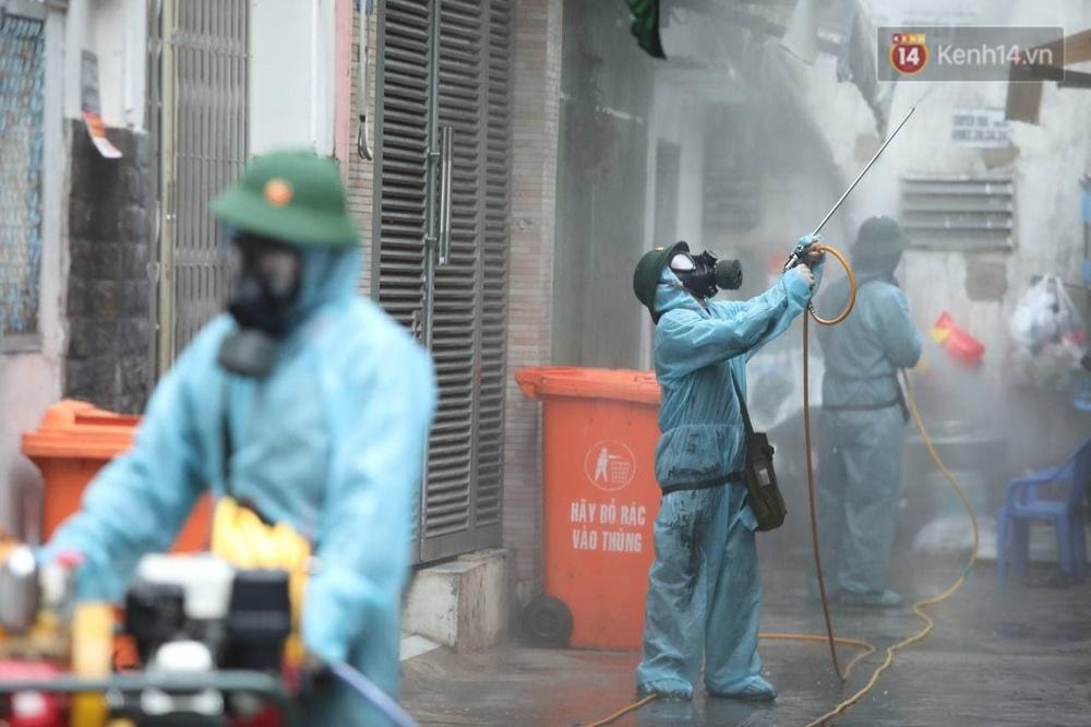 TP.HCM: Lực lượng quân đội tiến hành phun khử trùng tại các điểm nóng Covid-19 ở quận Gò Vấp - Ảnh 12.