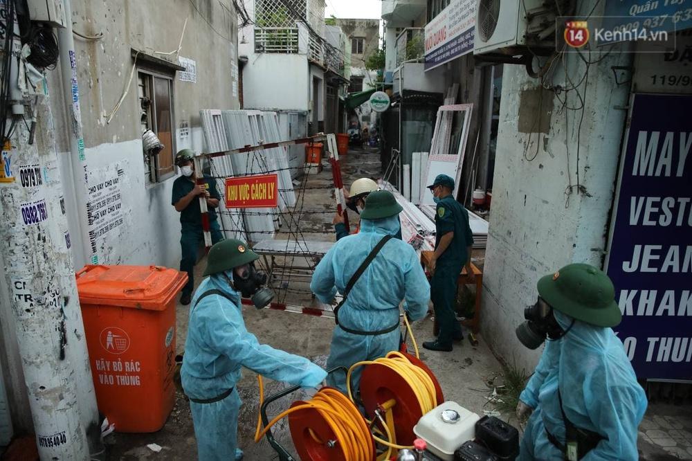TP.HCM: Lực lượng quân đội tiến hành phun khử trùng tại các điểm nóng Covid-19 ở quận Gò Vấp - Ảnh 11.
