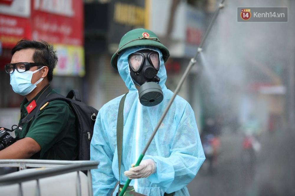 TP.HCM: Lực lượng quân đội tiến hành phun khử trùng tại các điểm nóng Covid-19 ở quận Gò Vấp - Ảnh 7.