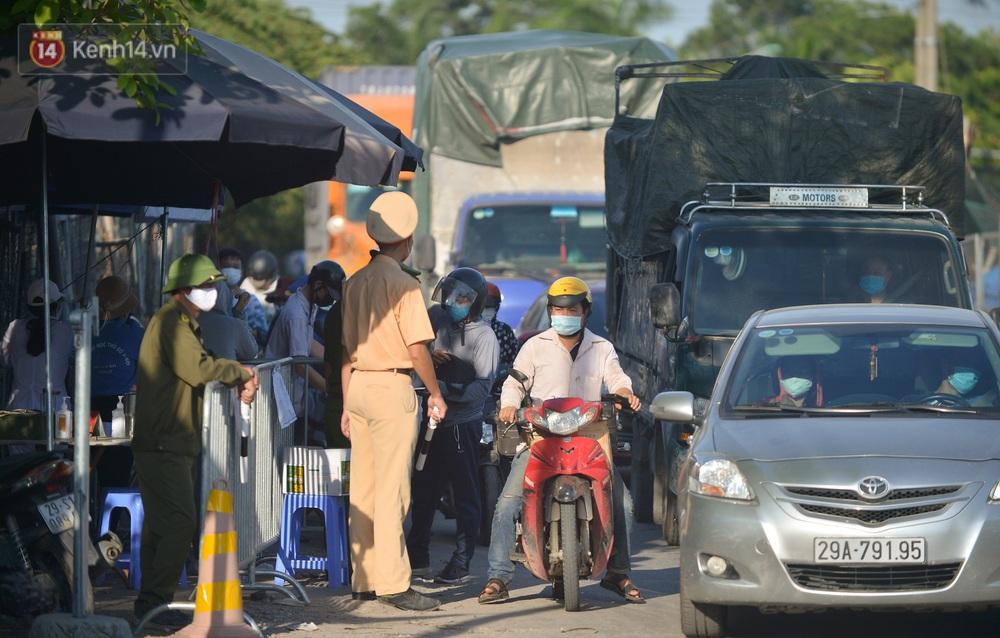 Hà Nội: Đông Anh lập chốt kiểm soát khu vực giáp ranh Bắc Ninh, ô tô quay đầu, hàng dài xe cơ giới chờ khai báo y tế - Ảnh 2.